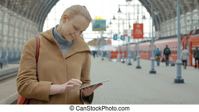 station, ferroviaire, femme, tablette