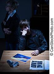 station, police, jeune homme