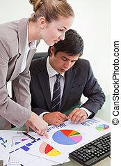statistiek, kamer, zakelijk, studerend , computer, vorm een team portret, serieuze , vergadering