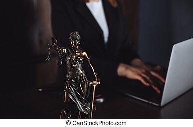 statue, justice, avocat, fonctionnement, laptop., balances, bureau., droit & loi, concept., légal, conseil