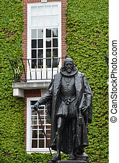 Statue of Francis Bacon in London
