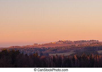 stavení, západ slunce, les, popředí, krajina, obzor, několik, církev, vesnice, nad, selský, kopec, -