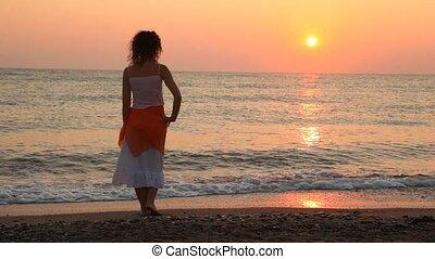 stawiany, kobieta, stoi, zachód słońca, morze, sam, plaża