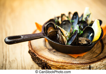 Steamed mussels with dressing - Steamed mussels in white ...