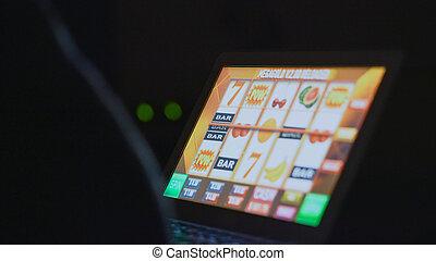 steckplatz, kasino, maschine, front, online, süchtig, gluecksspiel, mann