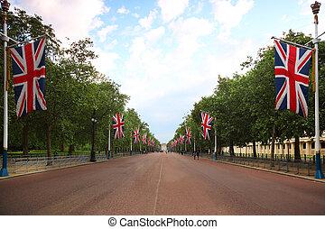 steegje, mall, buckingham paleis, zijn, gezien, in, de, afstand., rechts, en, links, van, de mall, hangen, brits, vlaggen
