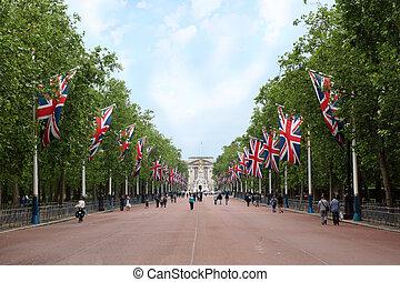 steegje, mall, victoria, gedenkteken, en, buckingham paleis, zijn, gezien, in, de, afstand., rechts, en, links, van, de mall, hangen, brits, vlaggen