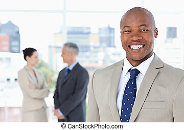 stehende , aufrecht, manager, während, lächeln, junger
