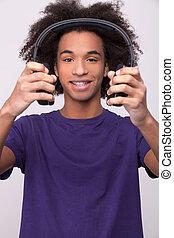 stehende , besitz, freigestellt, kopfhörer, liebling, grau, song!, heiter, während, fotoapperat, teenager, hintergrund, afrikanisch, lächeln, mein, hören