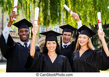 stehende , diplome, ausstellung, promoviert, vier, ihr, während, andere, hochschule, graduates., jedes, schließen, lächeln glücklich