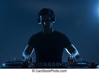 stehende , dj, junger, während, freigestellt, sicher, drehscheibe, spinnen, music., spielende