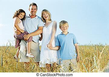 stehende , familie, draußen, halten hände, lächeln