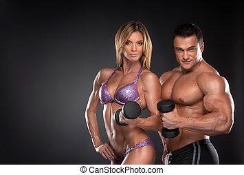 stehende , frau, ausgebildet, paar, brunnen, bodybuilder, schwarzer hintergrund, dumbbells., aus, mann