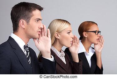 stehende , graue , geschäftsmenschen, junger, schwätzer, hände, global, freigestellt, drei, ihr, während, mund, attraktive, gossiping., erzählen, hülle, seitenansicht