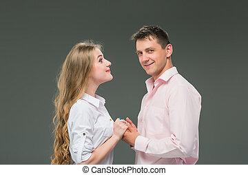 stehende, graue, Paar, junger, gegen, hintergrund, Porträt