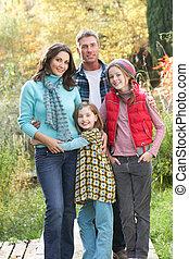 stehende, Gruppe, familie, hölzern, draußen, Herbst, Fußweg, landschaftsbild