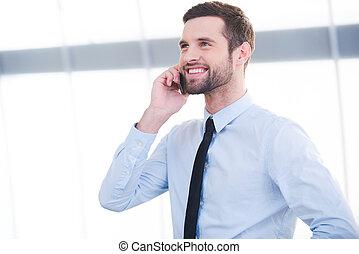 stehende , guten, talk., geschäftstelephon, beweglich, junger, sprechende , während, innen, geschäftsmann, lächeln, sicher