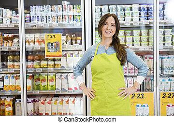 stehende , hüfte, verkäuferin, gegen, hände, kühlschrank