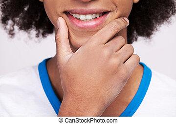 stehende , heiter, besitz, grau, bild, freigestellt, kupiert, hand, teenager., während, kinn, teenager, hintergrund, afrikanisch, lächeln