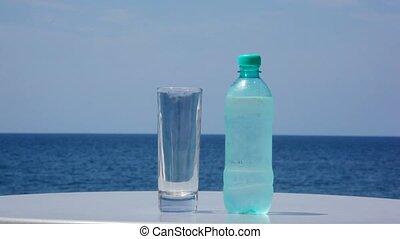 stehende , hintergrund, wasserglas, tisch, flasche, kalte , ...