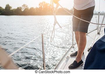 stehende , it., schnitt, working., hält, rand, mann, rope., weißes, ansicht, yacht., er