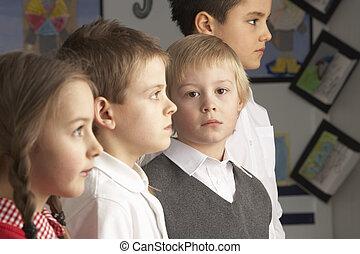 stehende, Klassenzimmer, Gruppe, hauptsächlich, Schulkinder, Porträt