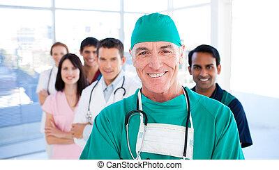 stehende , kollegen, seine, selbstbewusst, chirurg, älter