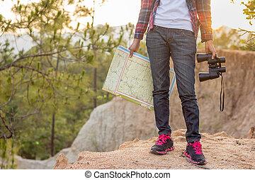 stehende , landkarte, ground., frau, sie, wanderung, fernglas, hände, wild, m�dchen, berge.