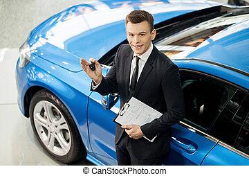 stehende, mir, durchsuchung, klassisch, Auto, Oberseite, helfen, junger, Schlüssel, Autohaus, lassen, Besitz, fahrzeug, Sie, Ansicht, Verkäufer, dein, hübsch