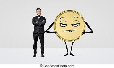 stehende , neben, gold, arme, humanoid, groß, gekreuzt, coin., ernst, geschäftsmann