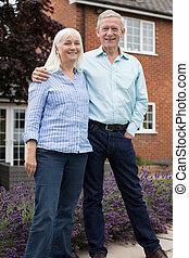 stehende , pensioniertes ehepaar, draußen, portrait haupt