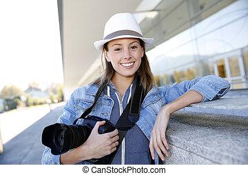 stehende , reporter, foto, draußen, fotoapperat, lächeln