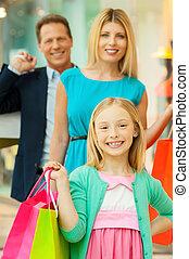 stehende , säcke, shoppen, familie, während, zusammen, heiter, einkaufszentrum, fotoapperat, besitz, lächeln, fun.