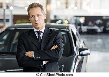 stehende , schauen, seine, auto, grau, formalwear, haar, sicher, choice., fotoapperat, fällig, front, mann