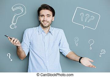 stehende , schultern, seine, positiv, während, smartphone, zucken, mann