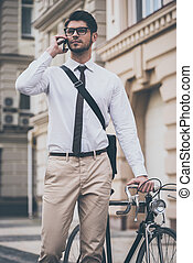stehende , sein, seine, fahrrad, sicher, beweglich, junger, telefon, hand, wille, sprechende , während, fünf, besitz, draußen, minutes!, brille, mann