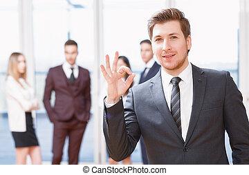stehende, seine, Geschaeftswelt, junger, sprechende, Mitarbeiter,  Front, Mann