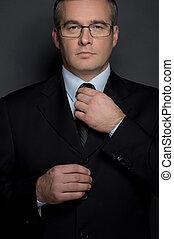 stehende , seine, krawatte, einstellung, mittleralter, freigestellt, formalwear, grau, schauen, sicher, während, fotoapperat, businessman., mann