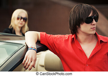stehende , seine, sonnenbrille, auto, junger, mode, umwandelbar, mann, hübsch