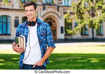 stehende , seine, universität, junger, sicher, während, buecher, student., besitz, front, lächelnden mann, hübsch