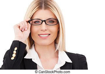 stehende , sie, geschäftsfrau, einstellung, confident., freigestellt, sicher, während, fällig, lächeln, gefühl, weißes, brille