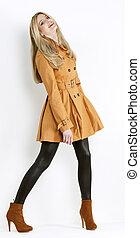 stehende , tragen, frau, schuhe, brauner, modisch, mantel