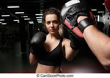 stehende , trainer, turnhalle, junger, sport, boxer, starke , dame, mann