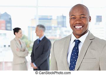 stehende , während, junger, manager, aufrecht, lächeln
