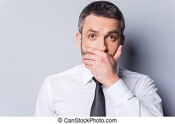 stehende , während, mã¤nnerhemd, hülle, grau, gegen, hand, schauen, shocked!, fotoapperat, mund, fällig, hintergrund, schlips, überrascht, mann