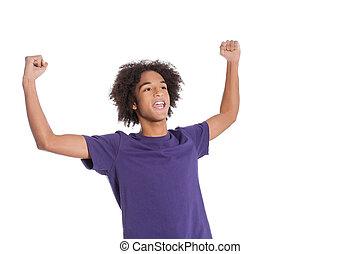stehende , winner!, jugendlich, beibehaltung, junge, arme, freigestellt, während, afrikanisch, angehoben, weißes, glücklich