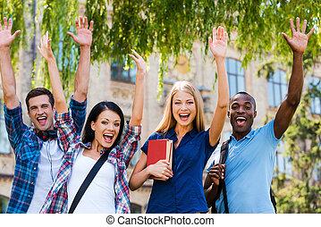 stehende , wir, leute, happy!, selfie, draußen, junger, vier, während, andere, jedes, schließen, glücklich, machen