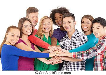 stehende , wir, personengruppe, wenn, freigestellt, zusammen, heiter, während, fotoapperat, zusammen., halten hände, lächeln, starke , weißes, multi-ethnisch