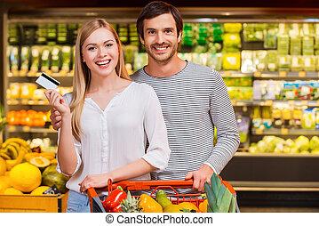 stehende , wir, shoppen, mögen, lebensmittel, paar, karte, junger, heiter, kredit, während, fotoapperat, zusammen., lächeln, ausstellung, kaufmannsladen