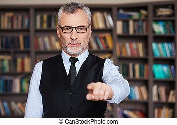 stehende , zeigen, grau, you!, haar, sicher, während, gegen, bücherregal, älterer mann, sie, formalwear, wählen